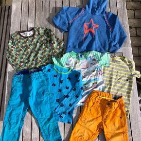 Brand: Molo, Hollys, katvig Varetype: Bukser, shorts, t-shirts, bluse og hættetrøje Størrelse: 5 år Farve: flere Oprindelig købspris: 2000 kr.  Tøjpakke fra lækre mærker som Molo, Hollys og Katvig. Passer til dreng str. 5 år.  Der er fede orange Molo jeans shorts i fin stand, En stribet t-shirt (dog i str. 6 år) i gul og grå, den er kun lidt brugt, men der er til gengæld kommet lidt grålig maling på forsiden nederst, ikke at det betyder så meget. Lækker Katvig bluse i dejlige farver, fejler intet, Fin blå Holly bluse med kløverblomster, der dog har en plet på ærmekanten. Molo tee med badehuse, den er godt brugt men er stadig skøn, har et lille hul ved mærket i nakken. Turkisblå chinos i flot snit, det venstre knæ dog med slidtage (næsten hul). sidst en lækker hættetrøje fra Molo, blå med orange kanter og stjerne.stoffet på denne er meleret og med nister i, der ligner fnuller.  Samlet pris for alt dette er: 125 kr. pp