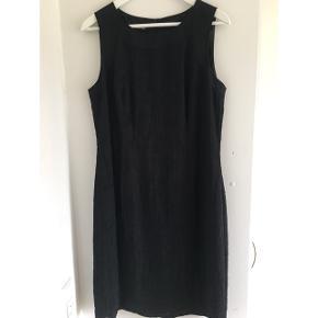 Let Sort kjole uden  ærmer, lynlås i ryggen, fin lille slids.  Brugt en gang! Nypris kr 1400