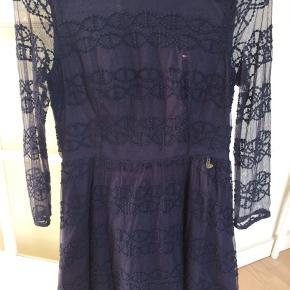 Smuk kjole med broderet mønster. Lynlås i ryggen. Str 164, men lille i str, så passer ca 12-14 år.