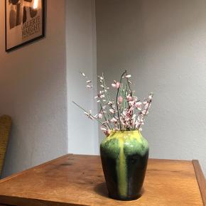 Smart gul og mørkegrøn vase 💐 i en rigtig lækker størrelse! Vasen måler ca.  12 cm i højden. Gul løbeglasur der blandes med den mørkegrønne bund. Vasen har desværre været tabt, og har derfor tydelige skår og revner i. Prisen er sat herefter 🌞   Bemærk - afhentes ved Harald Jensens plads eller sendes med dao. Bytter ikke ☀️🌸  ⭐️ vase retro glasur keramik loppefund gul grøn sort