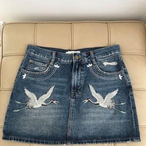 Jeans nederdel med broderi. Aldrig brugt.