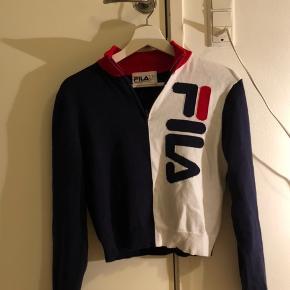 Jeg sælger min virkelig seje vintage lignende trøje/ sweater fra fils af🥰 Den har en lynlås i halsen💚 Np var 850 kr (købt i new York) Mp er derfor 300kr da trøjen aldrig er brugt Endelig spørg efter yderlige information eller ekstra billeder🤩