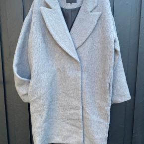 Uld frakke fra Soaked in Luxury. Da det er en kollektionsprøve, har den aldrig været brugt.
