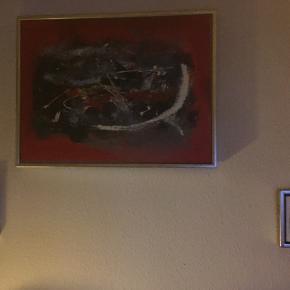 Et stort sort og rødt maleri og to små med tyk ramme.
