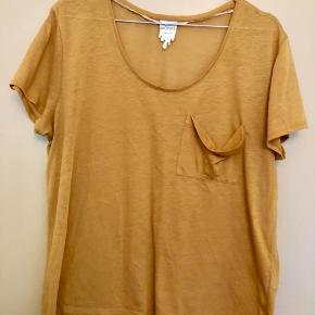 Gul t-shirt fra Monki med lille lomme 💛 Er i fin stand ✨ Størrelse: M 📏 Original pris: 85 kr. 💰 Nu: 20 kr. 👌🏻 . #komogkøb #karolinesklædeskab