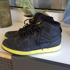 Super cool Nike Air Jordan. Er sat som slidt, da de er rykket en smule i stykker bagpå. (Se billede) Ellers i fin stand især hvis de lige får en klud og lidt fedt på læderet.