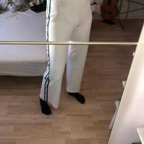 Flotte bukser fra Gina Tricot Bukserne er aldrig blevet brugt, og har ingen fejl  Skriv gerne✨