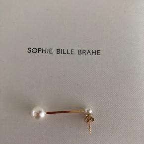 Super fin ørering fra Sophie Bille Brahe med 2 perler. Meget smuk. Nypris 5000,-. Kommer med kvittering.