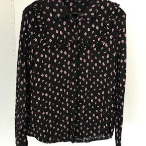 Sort skjorte med lyserøde prikker og flæsedetaljer foran