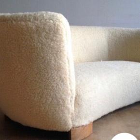 Sofa i imiteret lammeskind. Nypolstret.  Sælges kun fordi, vi ønsker en større sofa. Er 165 lang, 63 høj og ca 80 dyb. Kan afhentes på Nørrebro.