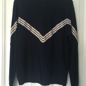 Tynd sweatshirt bluse fra Moves i str. XS, passer også en S.   Som ny  Bud ønskes ☀️