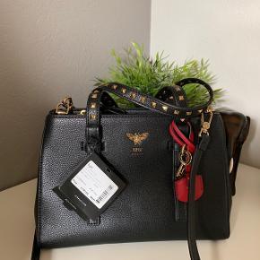 Super fin sort taske med nitter på hanken, fra mærket Lyn, købt i et storecenter i Thailand. Tasken er købt for omkring et år siden og er aldrig blevet brugt (prismærket er stadig på). Skulderstroppen er aftagelige.  Skriv endelig hvis i har spørgsmål eller vil se flere billeder! :)  🚬❌🐈 RØG OG PELSFRIT HJEM