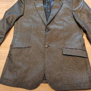 Rigtig flot blazer til jeans m.m. farven er mørkegrå   med en coated overflade. Pasform er meget slim. STR 52 / L.