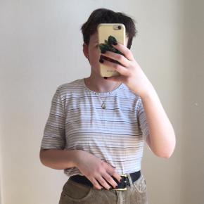 Vintage stribet t-shirt i beige farver. Den er i god stand. Passes af en størrelse S/M. Jeg er selv en størrelse S.