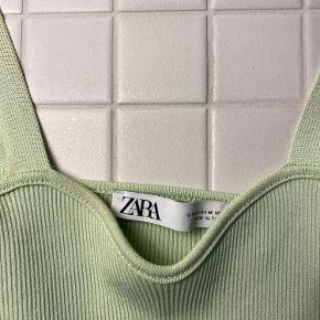 Lækkert mintgrønne sæt fra Zara. Toppen er kort og så er der en lækker cardigan. Passer en small-medium