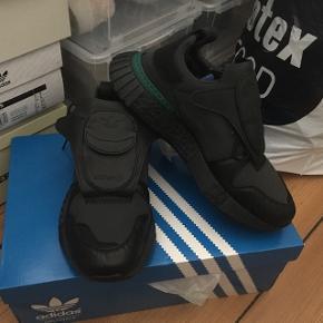 Pris sat ned! Adidas Future Pacer.   Lækker Adidas sko fra 2018. Aldrig brugt. Flere billeder kan sendes via mail. Boks medfølger.   Jeg er samler, så passer godt på mine sko. Nye som gamle. Alle sko vil blive rengjort og renset i hånden inden salg.   Jeg er i gang med at sælge en stor del af min samling, grundet operation (og pladsmangel).   Prisen her er 749,-. Priser kan forhandles.   Forsendelse betales af køber, eller der er mulighed for at mødes i Århus C.   Kig eventuelt mine andre annoncer for flere sko.