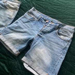 Shortsene er som nye, dog brugt et par gange. Svarer til en str 29 i livet.