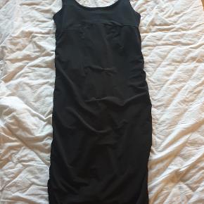 Flot kjole med detaljer i ryggen og ned ad siderne som fremhæver de flotte kurver på en kvinde. Størrelse S/M
