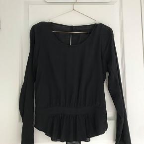 Fineste silke bluse fra Tusnelda Bloch med smukke detaljer.  Der står M i den. det er en S/M. Fine detaljer. Brugt få gange. Nypris 1400.-