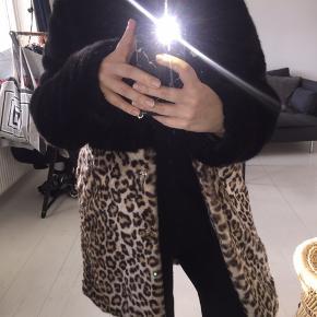 Flotteste faux fur jakke fra Barney's, købt på Asos. Rigtig lækker at have på og er i det blødeste materiale, sælges da jeg desværre ikke får den brugt Str 36, standen er som ny. Pris er fast