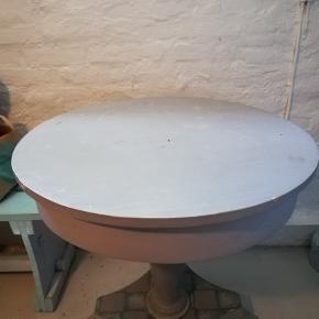 Dejligt rundt og praktisk bord med patina og med hylde til f.eks. computer nedenunder.