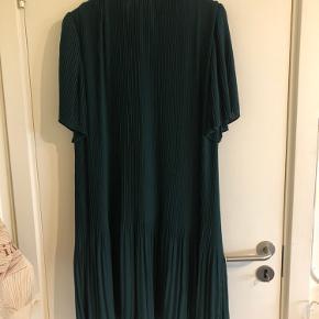 Smuk kjole i plisseret stof