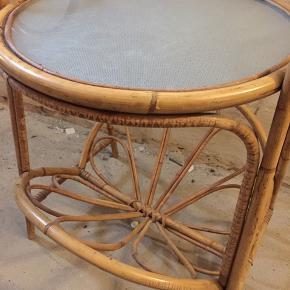 Retro bord der kan bruges i stuen, entréen, altanen. Sælges grundet pladsmangel. Cirka 40 cm bred og 50 cm høj Mængderabat ved køb af flere varer