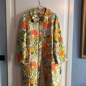Så smuk vintage house coat i det fineste mønster. Den er fundet i en svensk vintagebutik, og den er i virkelig god stand.
