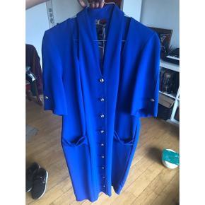 Vintage kobalt blå kjole. Første billed passer med farven. Er i god stand med guldknapper og detalje ved toppen.