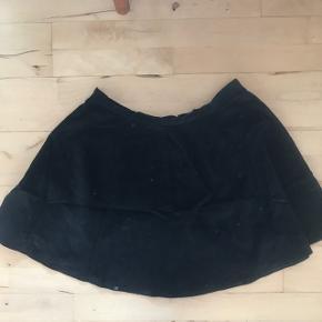 Sød Klokkeformet nederdel. Sort fløjl lignende stof