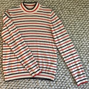 Turtleneck/Rullekrave stribet i blå, rød og hvid. 100% merino uld.