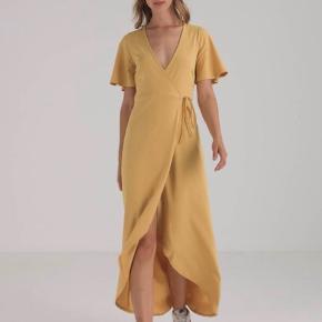 Virkelig fin gul wrap / slå om kjole fra New Look. Brugt, men i pæn stand.