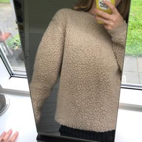 """Lækker fluffy og blød """"pels"""" sweater fra Boohoo. Brugt få gange, så ingen tegn på slid. Den er stadig super blød og vamset. Str. S / 36 - passer også xs Byd endelig! :D"""