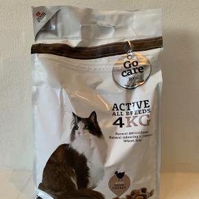 Go Care Royale Active All Breeds er fuldfoder til aktive voksne katte af alle racer. Katte er kødædere, og har derfor brug for foder med et højt indhold af animalsk protein, som sikrer en god fordøjelse og optimal optagelse af livsnødvendige næringsstoffer.  Indeholder bl.a.: Fersk kylling, naturlige antioxidanter, naturlige (ikke tilsatte) farve- og smagsstoffer, naturlig taurin (1.500 mg/kg foder, 76,2% animalsk protein og er fremstillet uden hvede.  Foderpillerne er formet som sprøde små trekanter og ovaler og størrelsen er tilpasset kattens mund.  Holdbar til 11/11/2019.