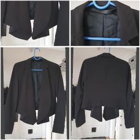 Lækker blazer i 95% polyester, 5% elastane BM: 2x44cm L: 56cm foran, 46cm bagpå. Ærmer: 61cm