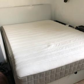 Sælger denne seng som kan opbevare mange ting under. Der er et bånd man kan hive i så sengen løftes. Sælger både sengetamme og madres.   Mål  155x205