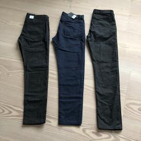 3 par ubrugte bukser fra SAND. Det par til venstre og i midten er begge W. 33 L. 32. Parret til højre er W. 33 L. 34. Np 1199,-. Den oplyste salgspris er pr. par.
