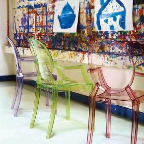 Kartell Lou Lou Ghost Stol Baby, Krystal lilla Dybde 370 mmHøjde 630 mmLængde 370 mmSiddehøjde 320 mm  Super fin stol til børn 🌸🌸  Stolen har en del skrammer, men er stadig fin og brugbar.
