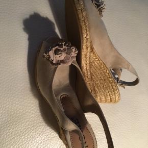 Helt nye sandaler  Sandfarvede.