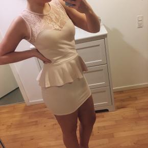 • Lyserød peplum-kjole med blonder både for og bag 🌸 • OBS! Nogle er blonderne er lidt flossede, men ses ikke på afstand • Skriv besked for ydeligere info og billeder
