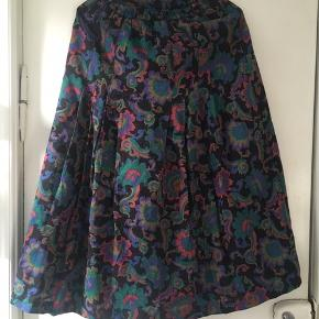 Flot multifarvet vintage nederdel med lynlås og elastik i taljen. Perfekt stand. Nederdelen er 81 cm lang.