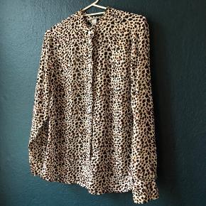 Skjorte fra h&m. Misfarve/skjold foran. Ses ikke pga mønsteret. Ingen huller eller andre fejl. Sælges billigt.
