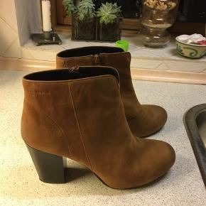 Ankelstøvler / støvletter / kort støvle  Måske brugt 1 gang - farven er nærmest cognac farvet.  Størrelsen er som alm. str. 40 Hælen måler 6,5 /8 cm.  Der er et lille bitte skrab på den ene støvle foran, skal bare have lidt sværte og ses slet ikke, når støvlen er på.