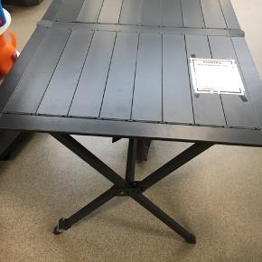 1 foldbart lamelbord 80x115cm i mørkegrå og 4 stk. Foldestole fra Crespo med ryglæn.  Nypris samlet 1900kr kun brugt få gange.