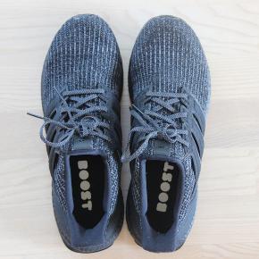 Adidas Ultra Boost 4.0 Triple Black. Brugt meget få gange indenfor. 1 gang udenfor.  Perfekt stand. Har kvittering. Skriv for flere billeder.