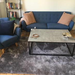 Miami 2½ personers sofa i polyester og ben i massivt egetræ fra Furniture by Sinnerup samt tilhørende loungestol. Rigtig god stand, kun brugt i 2 år. Sælges da jeg er flyttet sammen med min kæreste og ikke har brug for dem længere. Kvittering haves.