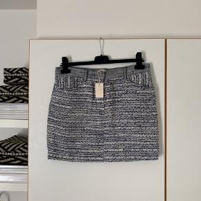 Sælger denne fine nederdel fra Maje. Blanding af bomuld, viskose og polyamid☺️ Der er indvendig foer:)