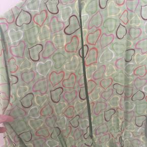 Rigtig smuk kjole med peplum og kig til ryg bagpå. Ny med prismærke