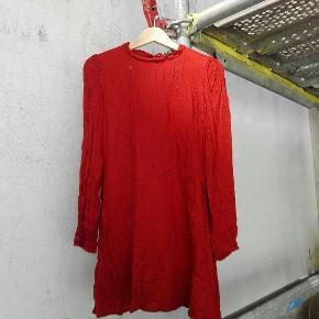 Kjole fra Zara i flot varm rød farve. Har elastik ved håndled, bindebånd i nakken og flotte detaljer ved halsen🌹   Byd gerne!! 🙋 Rabat ved køb af flere produkter - alt skal væk🌻  Skriv for flere billeder og information💌