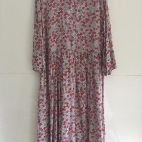 Helt ny kjole stadig med prismærke på. Modellen hedder Mila.  Kjolen har det sødeste mønster med små blomster på. Kjolen er lidt til den lille side.  Se venligst mine andre annoncer😊 BYTTER IKKE!!!
